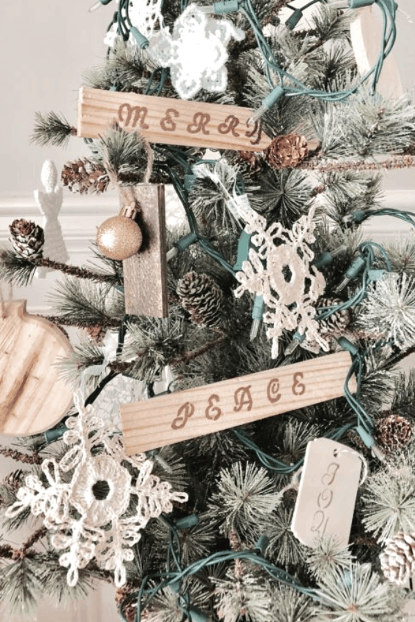 Make your own DIY wood Christmas ornaments with this easy tutorial. A quick rustic Christmas craft to make this year #createandfind #diyproject #christmascrafts #diyornaments